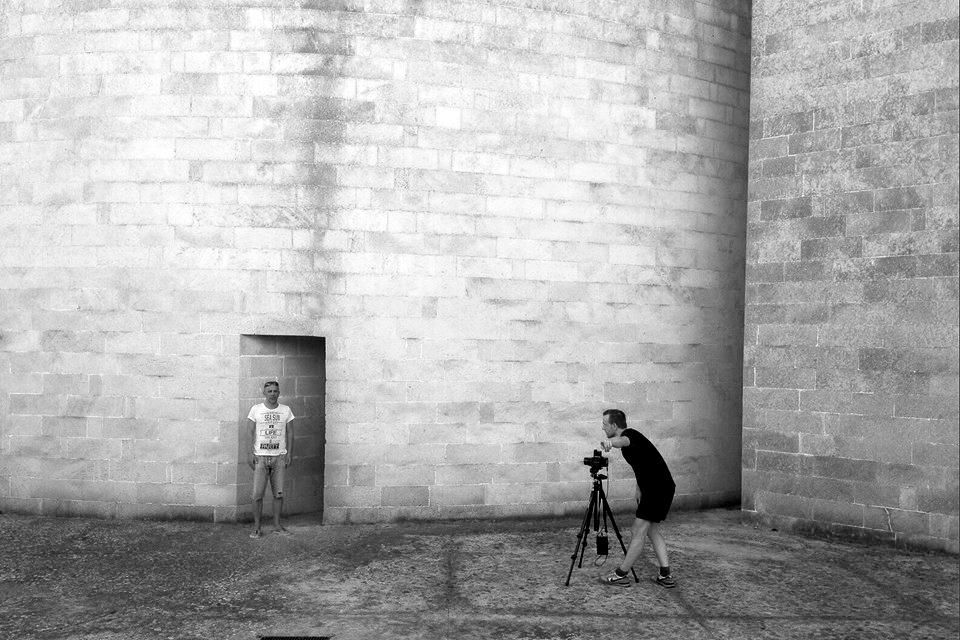Jan Stradtmann al lavoro durante la residenza Bitume Photofest Serre Salentine