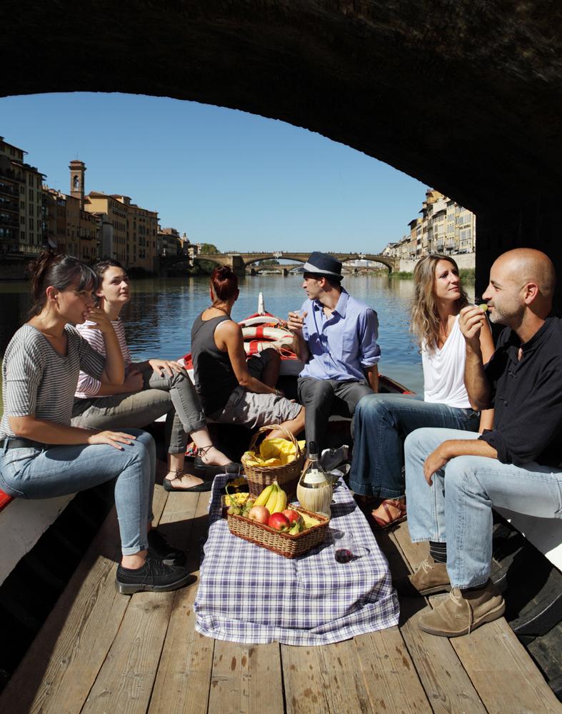Firenze (FI) Domenica, 28/09/14 - Fiume Arno, barca dei renaioli -  panini con prosciutto crudo, mortadella e salame